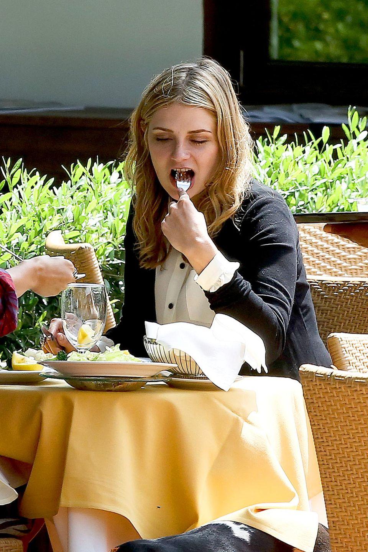 """Mischa Barton genießt ihr Essen im """"Tra di Noi""""-Restaurant in Malibu."""