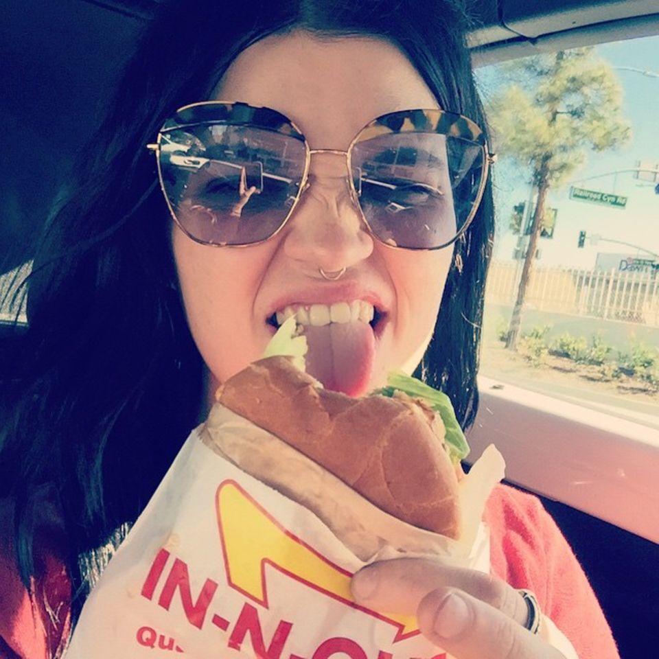 Auch während man einen Burger verputzt kann man ein Selfie machen. Pixie Geldof will ihren Fans auf Instagram auch diese Mahlzeit nicht vorenthalten.