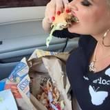 """Daniela Katzenberger gönnt sich einen """"Fresstag"""" ausser der Reihe und beißt beherzt in einen Burger."""