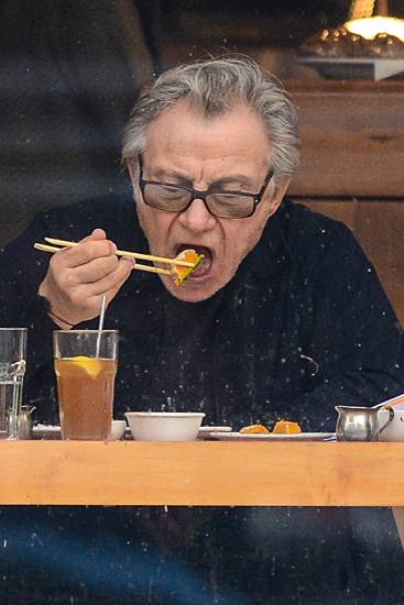Harvey Keitel lässt sich das makrobiotische Essen in einem Sushi-Restaurant im New Yorker Stadtteil SoHo schmecken.