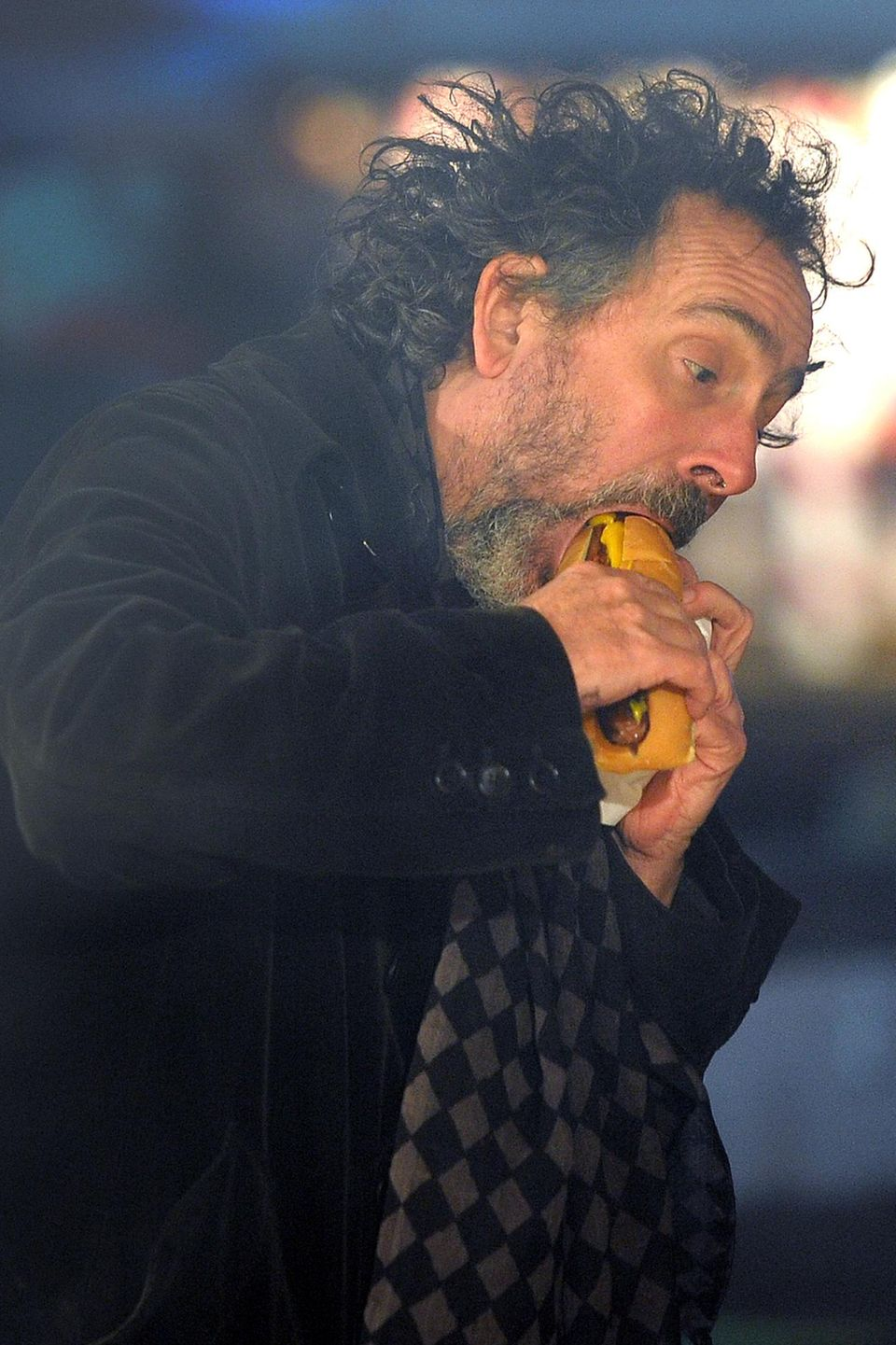 """Bei der Eröffnung des """"Winter Wonderlands"""" im Hyde Park, gönnt sich Tim Burton einen großen Hotdog."""