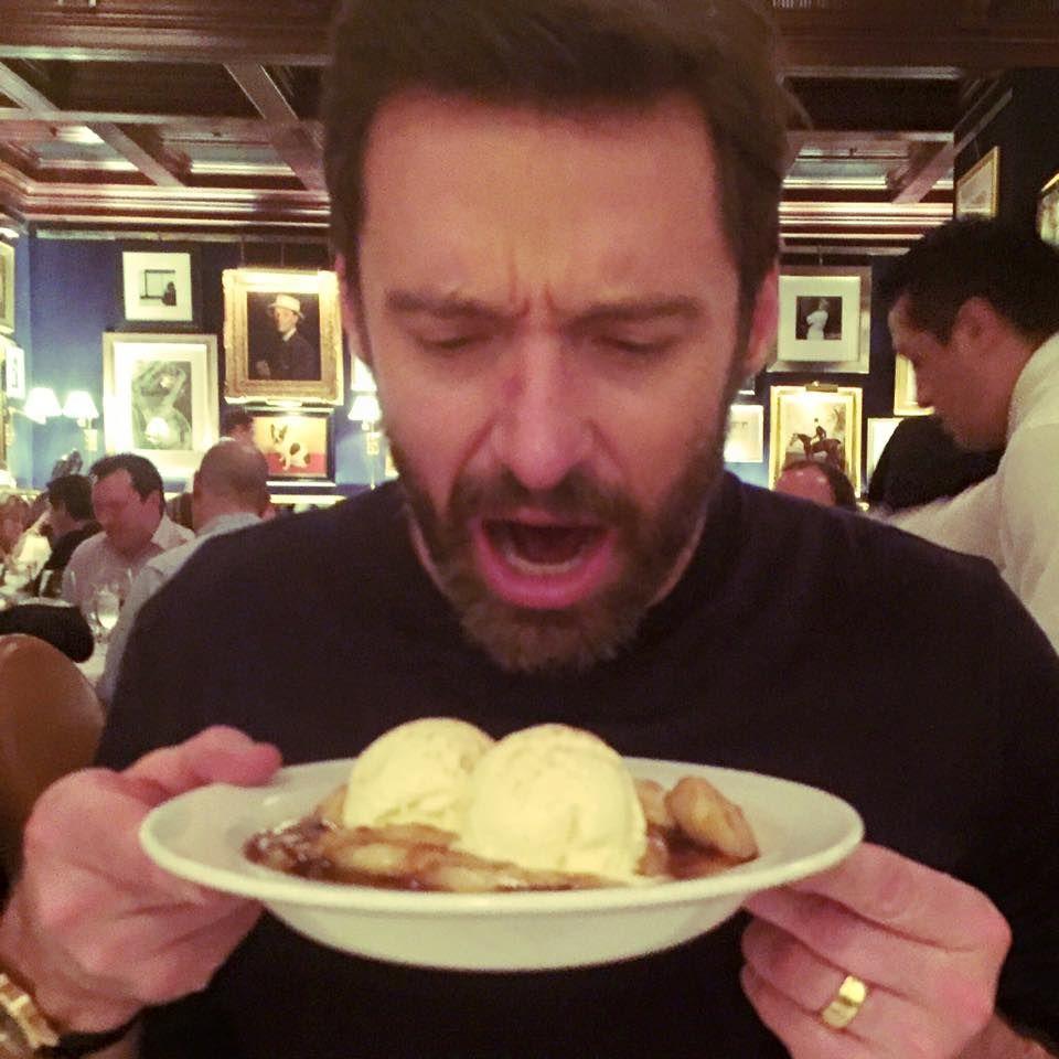 Hugh Jackman liebt es zu sündigen und stürzt sich auf's Dessert.