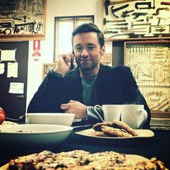 Hugh Jackman fragt sich ob er bei den leckeren Cookies zulangen soll oder nicht.