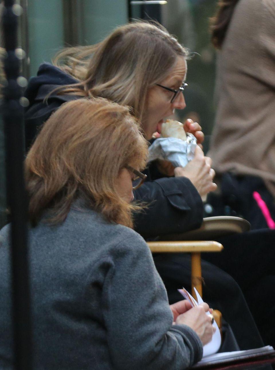 """Jodie Foster beißt in einer Drehpause ihres neues Films """"Money Monster"""" in New York beherzt in einen Burrito."""