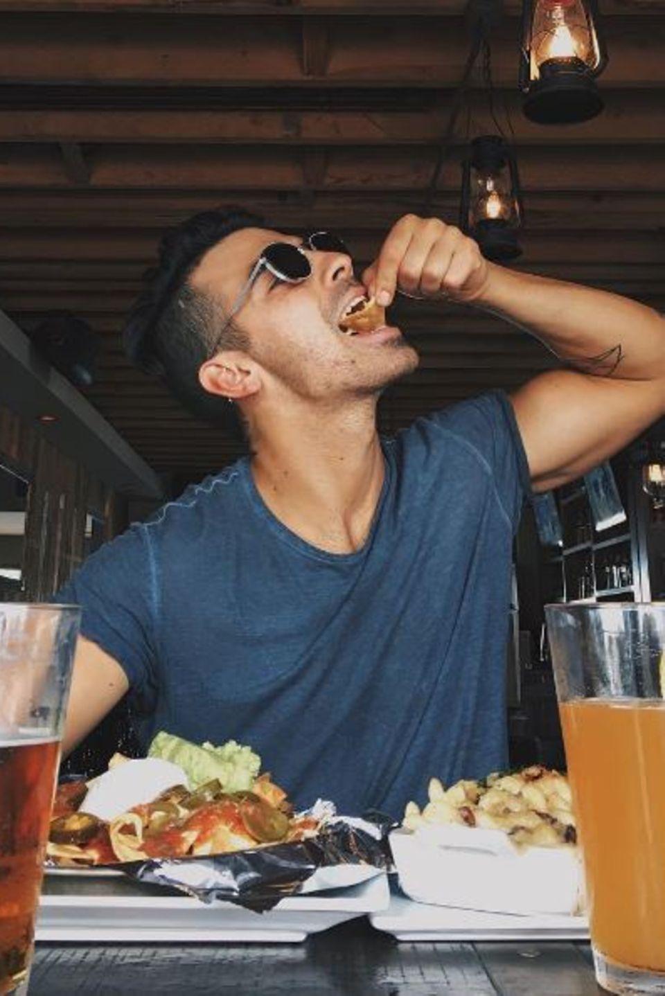 Joe Jones hat Spaß beim Essen, er verputzt eine riesige Mahlzeit und genießt jeden Bissen.