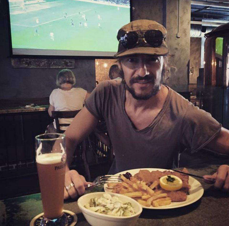 Thomas Hayo freut sich auf das typisch deutsche Essen. Zum Schnitzel gibt ?s Bier und eine Runde Fußball.