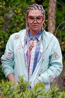 Sängerin Kesha sorgt mit ihrem Styling auch gern mal für Aufsehen: Eingeflochtene Zöpfe, pastelliges Freizeit-Outfit und nicht zuletzt die Riesenbrille im Bambus-Look tun hier ihr Übriges.