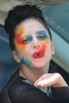 """""""Nur"""" ein bunt angemaltes Gesicht ist für Lady GaGa fast schon ein Styling-Understatement, denn Auffälligkeit ist eines der Hauptmerkmale des Superstars."""
