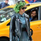 """Katy Perry hat ihre Plateau-Sandalen perfekt auf ihr Kleid abgestimmt. Cool wird ihr Schulmädchen-Look à la """"Clueless"""" durch Overknee-Socken, Lederjacke und Sonnenbrille von Ray-Ban."""