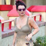 Liebe Britney Spears, was ziehst du bloß immer an? Zum tollen neuen Auberginenton deiner Haare kombinierst du eine farblich abgestimmte Sonnenbrille, doch dieses Maxikleid mit Häkel-Strick-Einsätzen geht wirklich gar nicht.