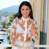 Rosenspitze mit kompletter Durchsicht zum weißen Oma-BH und Puffärmel sind schon an sich eine harte Mode-Probe, der fedrige Rockteil dazu schießt Selena Gomez aber geradewegs an die Spitze der Modesünde-Charts.