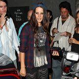 Nein, Holzfällerhemd, zerfranstes Bandshirt mit Adler-Motiv und Schlaghose aus schwarzer Spitze sind selbst für Popstars wie Lana Del Rey keine gute Kleiderauswahl. Das umgedrehte Cap setzt ihrem Look aber noch das iiihh-Tüpfelchen auf.