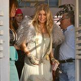 Fergie erfreut uns immer wieder mit extravaganten Outfits. Das blumige Chiffon-Kleid mit fluffigem Langhaar-Bolero, Quastenkette und Chanel-Handwärmern zum Lunch finden wir ganz besonders mutig.