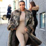 Kim Kardashian hat da wohl etwas falsch verstanden! Sie trägt einen nudefarbenen Bodysuit aus Elasthan, der normalerweise als Unterwäsche dient, in Kombination mit ihrem Fellmantel. Der Einteiler zeichnet sich an allen sichtbaren Rillen ihres Körpers ab - da freuen sich die Paparazzis.