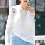 Hat Model Gigi Hadid etwa die Mottenkugeln vergessen? Mit einem durchlöcherten Pulli streift sie durch New York und findet es schick - es scheint nämlich ein Modetrend sein.