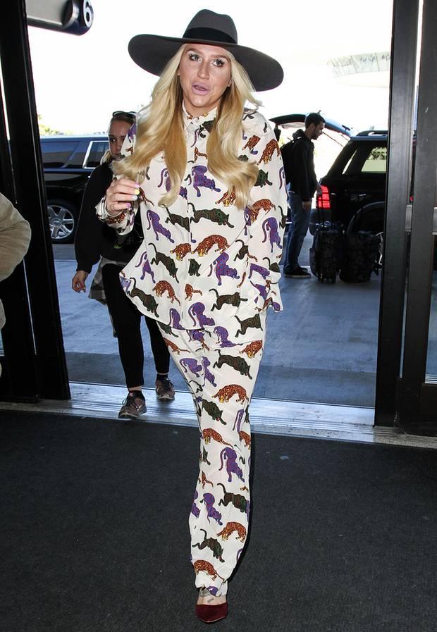 Gar nicht gut gebrüllt, Tiger: Keshas animalischer Zweiteiler würde statt als Reise-Outfit besser als Pyjama in ihr Bett passen.
