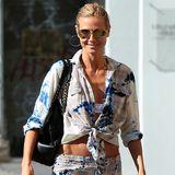 Was nützt die beste Figur, wenn Klamotten im schrägen Hippie-Zottel-Look das Gesamtbild verschandeln? Heidi Klums Kombination aus zerrissenem Midirock und geknoteter Bluse gehört auf keinen Fall an den Körper der 41-Jährigen.