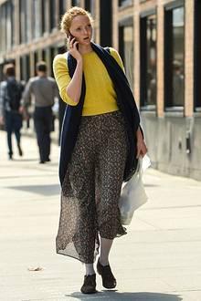 Ein zu kurzer Pullover und eine weiße Leggins unter einem fast durchsichtigen Blümchenrock - von Stilsicherheit kann bei Lily Co