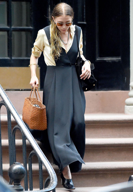 """Millionen auf dem Konto, ein eigenes Modelabel - und trotzdem sieht Mary-Kate Olsen mit diesem Look aus wie ihre eigene Großmutter. Da hilft auch der goldene """"Atlas""""-Armreif von Tiffany nichts. Dieses Outfit ist eine klassische Modesünde."""