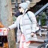 Eine Modesünde als Gesamtkunstwerk: Sarah Jessica Parker will entweder mit High-Heel-Boots zum Sport oder versucht bei einer winterlichen Abendveranstaltung die Hip-Hop-Künstlerin raushängen zu lassen. Großartig!