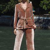 Der Pyjama-Look ist zwar in diesem Sommer total angesagt, aber dieses samtig, schlabberige Ensemble an Supermodel Eva Herzigova sieht für die Filmfestspiele in Venedig dann doch zu verlottert aus.