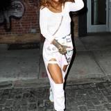 Sexy meets Schmuddel - so ganz möchte sich Rihanna anscheinend nicht festlegen. Statt einfach eine gemütliche Jogginghose zu tragen, besteht sie selbst bei ihrem Freizeitlook auf ihren Hotness-Faktor. Uns lässt dieses Outfit jedoch kalt.