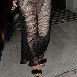 Über einem hautengen, nudefarbenen Jumpsuit trägt TV-Star Kim Kardashian ein bodenlanges Netzkleid. Eine recht eigenwillige Kombination, die nicht jedem gefällt.