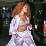 Na, dann gute Nacht... Im Seiden-Pyjama, BH und puscheligen Hausschuh-Heels sieht Rihanna bei einem nächtlichen Trip durch New York mit Drink in der Hand eher so aus, als würde sie geradewegs ins Bett wanken.