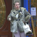 """Machen wir es kurz: Hier stimmt gar nichts. Zur lavendelfarbenen Skinny-Jeans trägt """"Girls""""-Erfinderin Lena Dunham eine Leo-Jacke mit skurillen Gürtelelementen und flache, schwarze Stiefel. Da kann auch die """"Bloomsbury""""-Tasche von Burberry nichts mehr rausreißen."""
