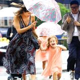 Jessica Alba und ihre Töchter Haven und Honor haben trotz Regen Spaß beim Spazieren durch das sommerlich warme New York.