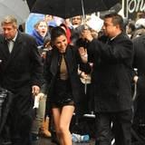 Selena Gomez wird bei ihrer Ankuft zur David Letterman-Show von einem Schirmträger begleitet.