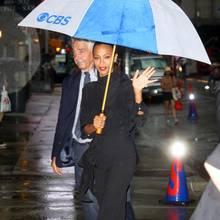 """Ein Glück, das Zoe Zaldana einen Schirm dabei hat. So wird die exotische Schauspielerin auf dem Weg zur """"Late Show mit Steven Colbert"""" in New York nicht nass."""