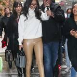 Die Sängerin Selena Gomez schützt sich mit einem Schirm vor dem Regen und verzichtet gleich auf festes Schuhwerk. So kann das Wasser wieder gut aus den Schuhen rauslaufen.