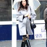 Liv Tyler versucht sich in New York mit Regenschirm und schicken Gummistiefeln gegen den Regen zu schützen.