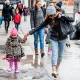 Sarah Jessica Parker und ihre Tochter Tabitha haben in New York Spaß mit den großen Pfützen auf dem Gehweg.
