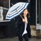 Im grauen und regnerischen New York City ist Jessica Biel mit ihrem Streifenschirm ein kleiner Lichtblick.