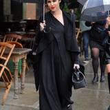 Kat Von D schützt sich vor dem Regen in Manhattan mit einem großen Schirm.