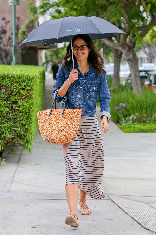 Der Schauspielerin Jordana Brewster machen die paar Regentropfen in Beverly Hills gar nichts aus.