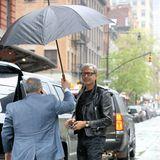 Schlechte Wetteraussichten: Jeff Goldblum ist gerade in New York am Hotel angekommen. Trotz Regenschirmhalter, wirkt er etwas zerknirscht über das Wetter.