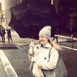Oh nooo! Drew Barrymore bekommt trotz Schirm und Mütze den Wind ordentlich zu spüren.