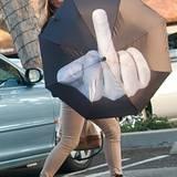 """Shannon Tweed, Ex-Fotomodell und Frau von """"Kiss-Rocker"""" Gene Simmons, zeigt, was sie von aufdringlichen Paparazzi hält."""