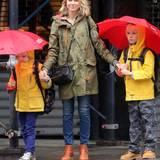 Naomi Watts bringt ihre Kinder an einem regnerischen Tag in New York zur Schule.