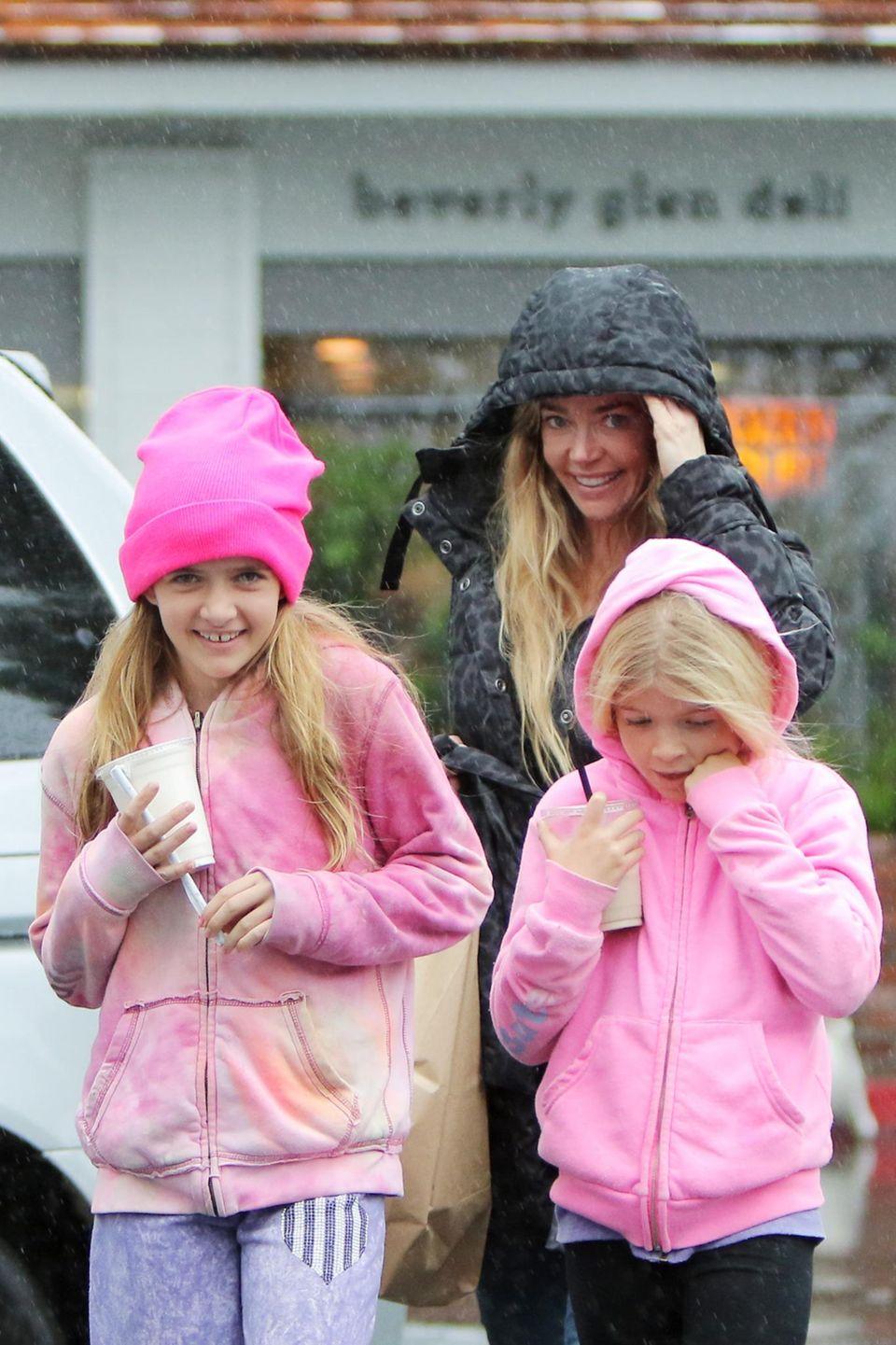 2. Dezember 2014: Denise Richards und ihre Töchter Sam und Lola Sheen eilen in Beverly Hills im Regen zu ihrem Auto.
