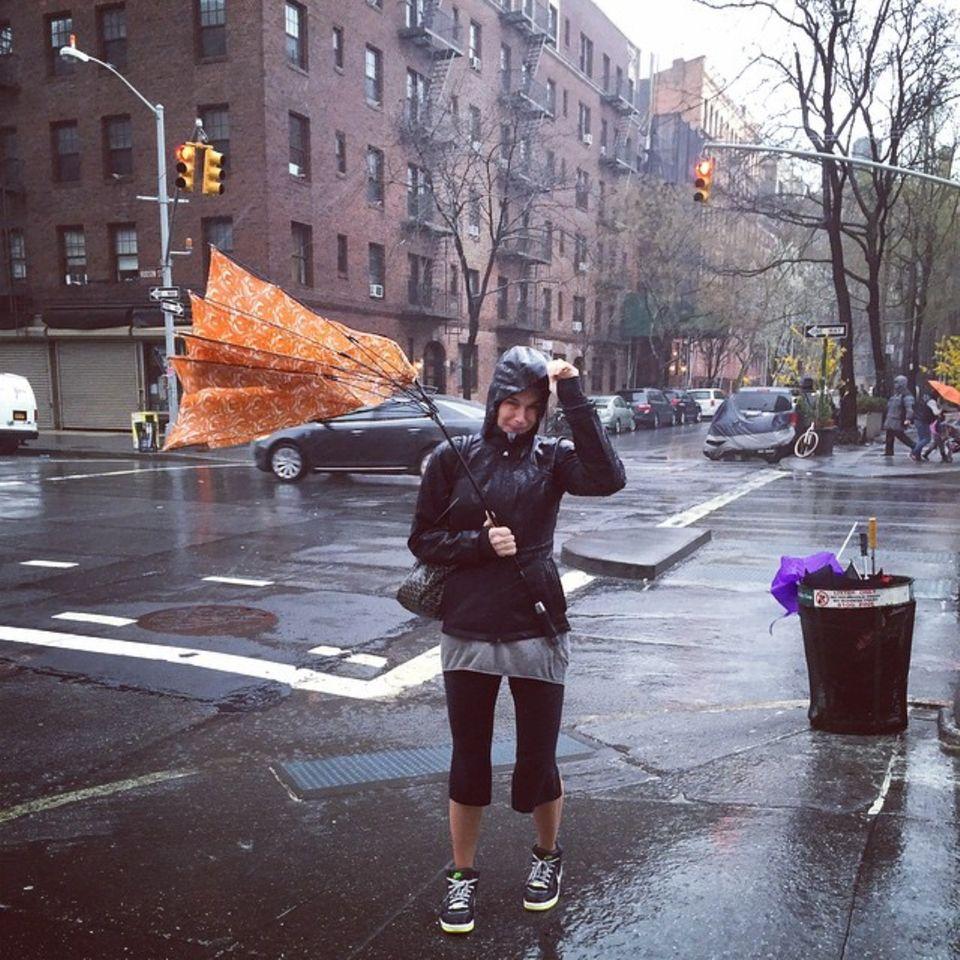 """""""Der April macht was er will."""" Das bekommt auch Brooke Shields zu spüren und wird von einem Unwetter überrascht."""