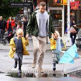 Liev Schreiber und seine Kids Alexander und Sasha sind gegen das Regenwetter in New York City bestens gewappnet und bezwingen jede Pfütze.