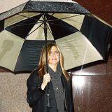 Mit ihrem übergroßen Regenschirm bleibt Jennifer Aniston auf jeden Fall trocken.