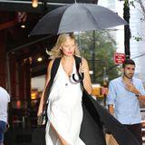 Model Karolina Kurkova macht auch im New Yorker Regen eine gute Figur.