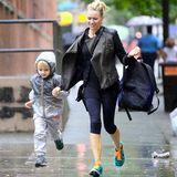 Naomi Watts und ihr Sohn laufen nach der Schule durch den Regen in Manhattan.