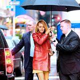 Blake Lively schützt sich in New York City mit einem großen dunklen Schirm vor dem Regen.