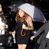Caitlyn Jenner flüchtet schnell mit ihrem Schirm aus dem Auto um noch rechtzeitig und vor allem trocken zur Victoria Secret Show zu kommen wo ihre Tochter Kendall das erste Mal auftritt.